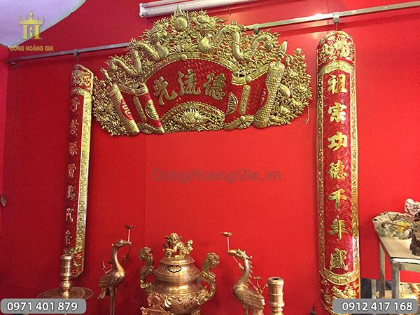 Cuốn thư câu đối đồng vàng nền đỏ, chữ Hán 1m37