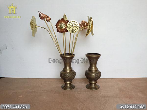 Đôi lọ hoa bằng đồng hun cắm bó sen đồng