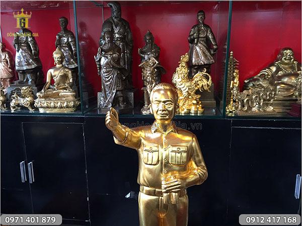 Tượng đồng Bác Giáp dáng đứng chỉ tay thếp vàng 45cm