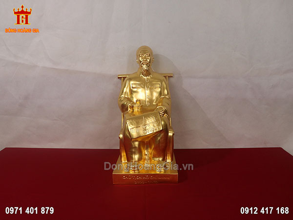 Tượng đồng Bác Hồ ngồi đọc báo Nhân dân xã luận dát vàng 24K