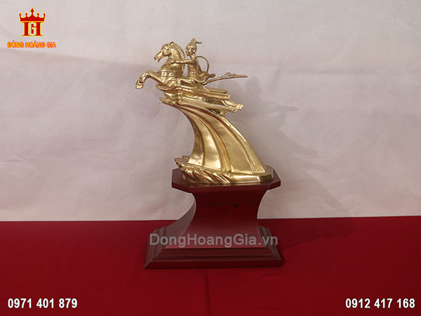 Tượng Thánh Gióng bằng đồng vàng